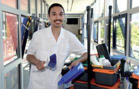 Après avoir décroché avec brio son attestation de formation fédérale, Mathieu Isabel souhaite aujourd'hui travailler en tant qu'intendant dans les EMS, car il apprécie être au contact des résidents. ©Michel Duperrex