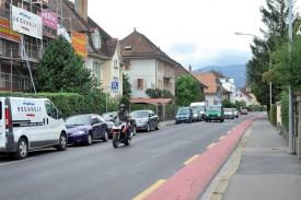 Il n'y aura plus de stationnement le long de la rue. Cyclistes et piétons se partageront une bande de trois mètres de chaque côté de la chaussée. ©Michel Duperrex