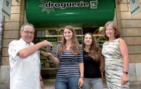 Après 30 ans au service de ses clients, Ramon Raposo (à g.) remet les clés à Mélina Perusset, aux côtés de Joëlle Robert (employée) et de Viviane Raposo, la femme du futur retraité. ©Michel Duperrex
