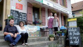 Devant leur établissement, Dominique et Véronique Bovet (assis à gauche) posent avec leurs deux collaboratrices, l'apprentie cuisinière Maria Baretto et la serveuse Nathalie Balimann, également dans l'aventure depuis le début.