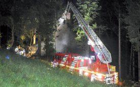 Les sapeurs-pompiers sont parvenus à éteindre le feu qui s'était emparé d'un chalet, à Cronay, aux alentours de 1h du matin. ©Carole Alkabes
