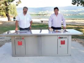 Le municipal Pierre Dessemontet et Stuart Kull, directeur de Greenplate Grill. ©Michel Duperrex