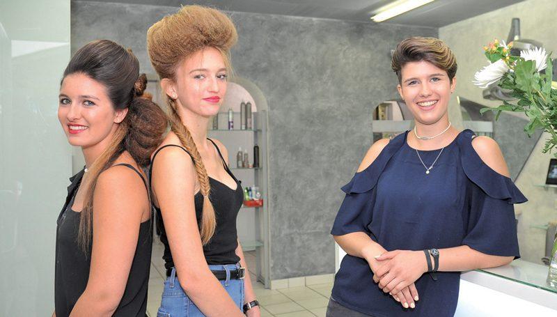 Lors de son examen pratique, la coiffeuse Maëlle Forestier a présenté deux coiffures similaires à celles qu'arborent sa soeur, Chloé Forestier (à g.), et Inès Burkhard (au centre). ©Carole Alkabes