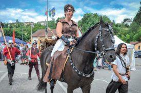 Une gente dame a fait son entrée au château... sous bonne garde. ©Carole Alkabes