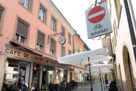 Dans le centre historique, les cyclistes peuvent exclusivement transiter par la rue du Four. ©Michel Duperrex