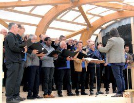 Sur la grande scène, les quarante chanteurs de la Chorale du Brassus, dirigés par Stanislava Nankova, ont enchanté le public. ©Michel Duvoisin