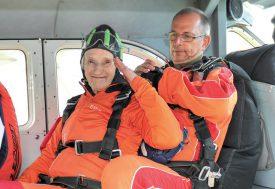 Rodée, la Nord-Vaudoise de 93 ans n'affichait pas une once de stress avant le grand saut. Une vivacité qui a ému son accompagnateur, Christophe Landry (à dr.). ©Carole Alkabes