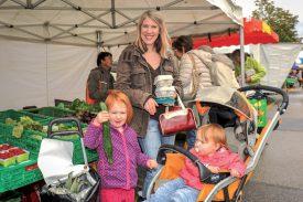 Myriam Kiener a acheté ses fruits et légumes au marché d'Yverdon-les-Bains, accompagnée de deux de ses filles, Sephora (à g.) et Ifélyne. ©Carole Alkabes