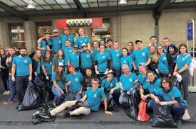 Une trentaine de jeunes d'Yvonand et environs ont mis la main à la pâte en ramassant les déchets qui jonchaient le sol de la gare de Lausanne, dimanche matin. ©DR