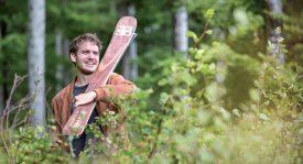 Lucas Bessard réalise le noyau de ses skis grâce à du frêne qui provient, en partie, des vastes forêts du Risoux, à la Vallée. ©Simon Gabioud