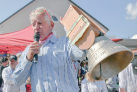 Jean-Louis Reymond a mis aux enchères la cloche de la Fête du vacherin. ©Pierre Blanchard