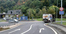 Malgré le marquage au sol, les automobilistes continuent de circuler sur la voie de droite pour aller au centre-ville d'Yverdon-les-Bains. ©Michel Duperrex