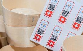 Chaque lot de Vacherin est muni d'un QR code. A L'Auberson, Vincent Tyrode produit 120 des quelque 580 tonnes qui sont fabriquées chaque année en Suisse. ©Carole Alkabes