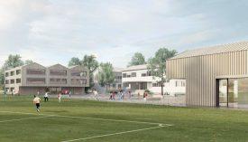 Située à côté du terrain de football, la salle de gym triple (à dr.) sera semi-enterrée. Un bâtiment de dix salles de classe (à g.) verra aussi le jour. ©Transversal Architectes