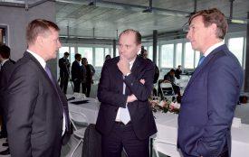 Le conseiller d'Etat Philippe Leuba, entouré par Michael Morrissey (vice-président, à g.) et Hervé Hoppenot (président, à dr.) de la société Incyte. ©Michel Duperrex