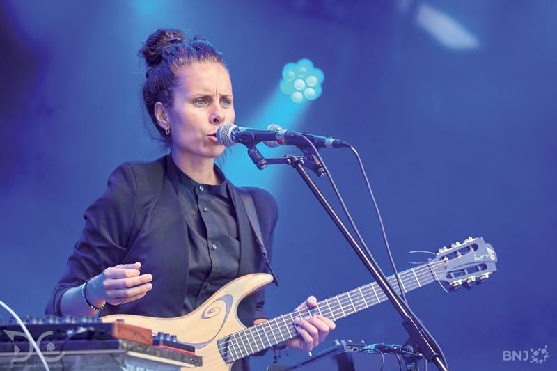 Après une carrière dans la police, Phanee de Pool a sorti son premier album «Hologramme», en août dernier. Elle sillonne les routes de Suisse romande et s'apprête à se produire sur une scène parisienne. ©DR