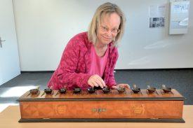 Catherine Guanzini, archiviste de la Ville d'Yverdon-les-Bains, se prête au jeu du vote avec ce scrutin. ©Michel Duperrex
