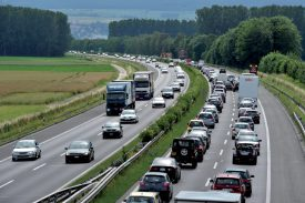 Les véhicules roulant trop lentement peuvent présenter un danger sur l'autoroute. ©Michel Duperrex