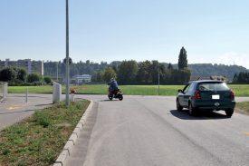 La première partie de la route, en service, sera élargie et elle sera prolongée en direction du Parc technologique (immeuble blanc au fond). ©Michel Duperrex