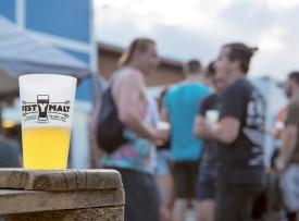 Des gobelets de dégustation étaient proposés aux amateurs de bières artisanales. © Simon Gabioud