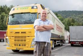 Le routier Kryn Voogt prend la pose devant son camion. Il a dû patienter jusque ce matin pour poursuivre sa route. ©Simon Gabioud