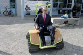 Christian Weiler aux commandes d'un fauteuil roulant à chenilles, dont le centre de vacances pour personnes âgées et handicapées es de la Grand'Borne s'est équipé. ©Ludovic Pillionel