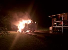 Ni le tracteur ni les infrastructures environnantes n'ont été touchées par l'incendie. ©SDIS régional Nord vaudois