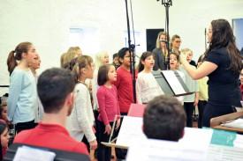 Le Petit Choeur, dirigé par Sophie Rochat, a chanté «La Terre est si belle». ©Carole Alkabes