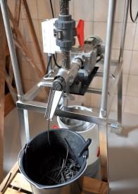 La presse produit une dizaine de litres d'huile par jour. ©Michel Duperrex