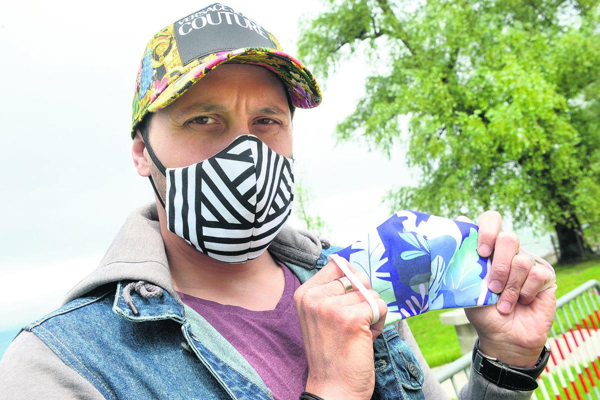 Il embellit les masques pour survivre au virus