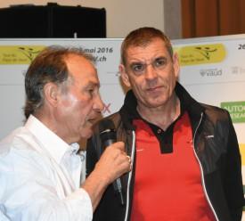 Daniel Gisiger, entraîneur de la relève à Swiss Cycling et ancien participant au TPV, au micro de Bertrand Duboux: «Le Tour du Pays de Vaud, c'est l'objectif de l'année pour tous les jeunes.» © Michel Duvoisin