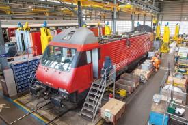 Onze des treize locomotives qui emprunteront prochainement le tunnel du Gothard ont été stockées, inspectées et équipées dans cette grande halle aérée des Ateliers industriels. © Simon Gabioud