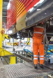 En complément du dispositif installé à l'intérieur des véhicules, un câble anti-incendie a aussi été posé sous les locomotives. © Simon Gabioud