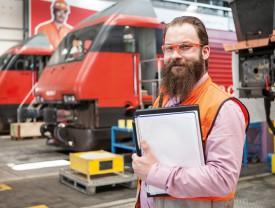 Michel Sauteur, chef de projet aux Ateliers CFF, devant des locomotives © Simon Gabioud