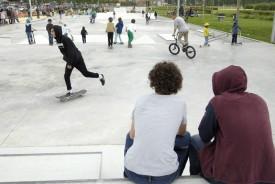 Nombreux étaient les adeptes du skate, des rollers ou de la trottinette à s'être adonnés aux joies de la glisse, malgré une météo capricieuse qui a bien failli jouer les trouble-fêtes. © Michel Duperrex