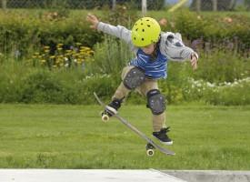Le jeune skateur Franck Gerber n'a pas tardé à apprivoiser les rampes. ©Michel Duperrex