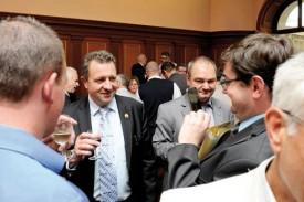 Jacques Nicolet à l'heure de l'apéritif, après la séance du Grand Conseil du 1er juillet 2014, qui a marqué l'accession du député de Lignerolle à la présidence. © Jacquet -a