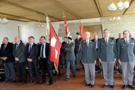 Jacques Nicolet, à gauche du drapeau suisse, lors des commémorations du 70e anniversaire de la section vaudoise de l'Association suisse des sergents-majors. ©Dany Schaer