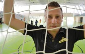 Dans les salles de sport d'Yverdon, Zoltan Majeri est comme chez lui. Tout au long de la semaine, il a participé à un camp d'entraînement des jeunes de l'USY, lors duquel on bosse autant les fondamentaux qu'on cimente l'esprit du club. © Lionel Pittet