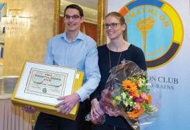 Stéphane Heiniger a eu droit au Prix panathlonien 2015, mardi soir à La Prairie, et sa conjointe Odile Rufener à un bouquet de fleurs. © Champi