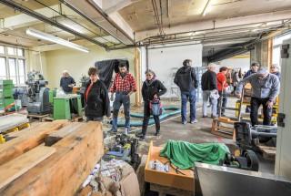 Tout était à vendre dans l'ancienne usine, y compris les machines-outils, les chaises ou les établis. © Carole Alkabes