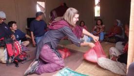 Sophie Bernard distribue des sacs de riz dans un village au Népal. DR