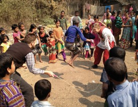 Ci-contre, les nord-vaudois jouent à la corde à sauter avec les enfants indiens. DR