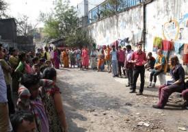 Mathieu et Sophie Bernard animent une rue de Calcutta. DR