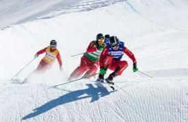 Bryan Zooler (dossard du monde bleu) file en tête sur le parcours de Saas-Fee, où les cadres nationaux se sont entraînés cet été. © Ruedi Flück / Swiss-Ski