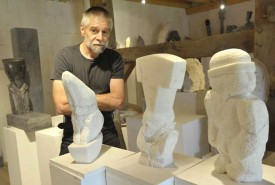 A l'Espace Arlaud, le public pourra découvrir de multiples facettes de l'artiste, qui pose ici à Valeyres-sous-Ursins.
