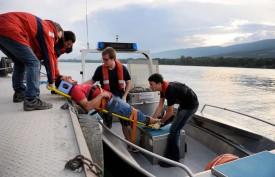 Il n'est pas facile de rester calme lorsque le blessé crie. Les sauveteurs ont tout de même réussi à installer José Rodrigues sur le bateau.