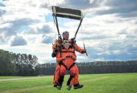 Après une minute de chute libre et quatre autres de vol en parachute, Giselle Millioud a atterri sur le plancher des vaches, le sourire aux lèvres. ©Carole Alkabes