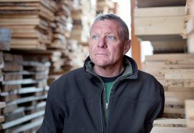 Jean-Louis Dutoit, de la scierie Dutoit S.A., à Chavornay, dénonce les côtés sombres de la mondialisation. ©Simon Gabioud