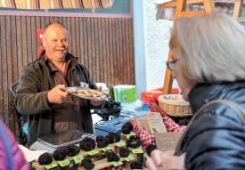 Spaits Gabor, «le chasseur de truffes», tout sourire au moment de faire déguster ses produits. ©Carole Alkabes